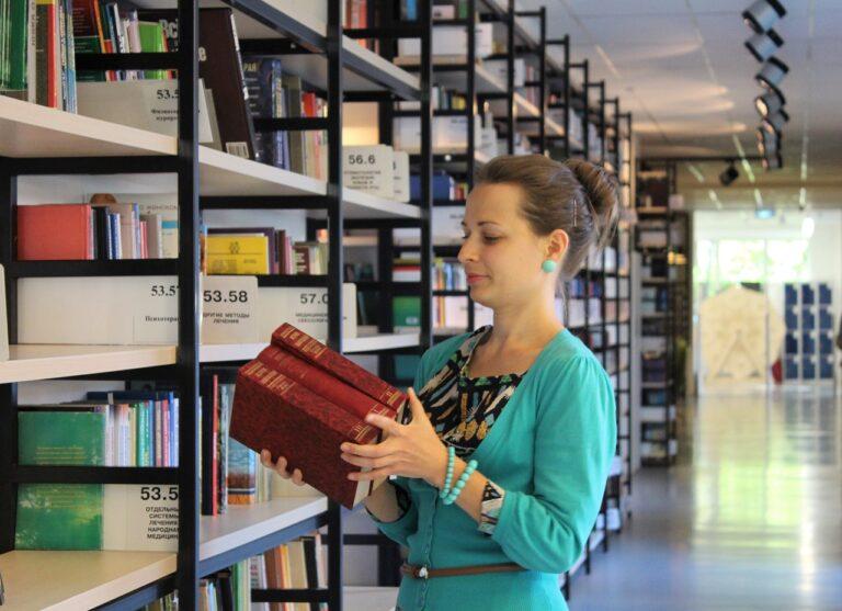 young woman, books, shelves-995187.jpg